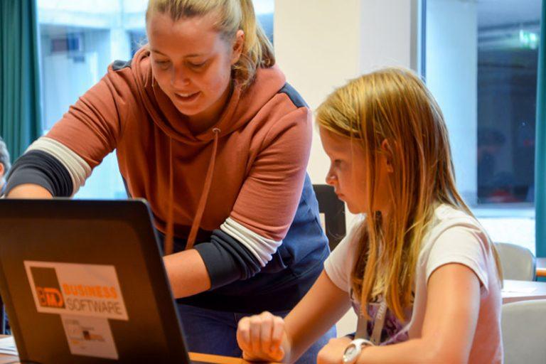 BMD Softwareentwickler helfen den Kinds beim Programmieren ...